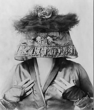 Marie Dressler in a lampshade hat in 1909.