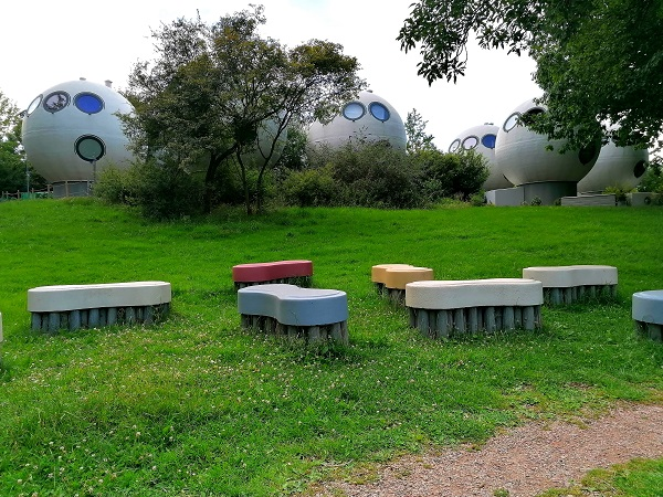 Brush-shaped benches