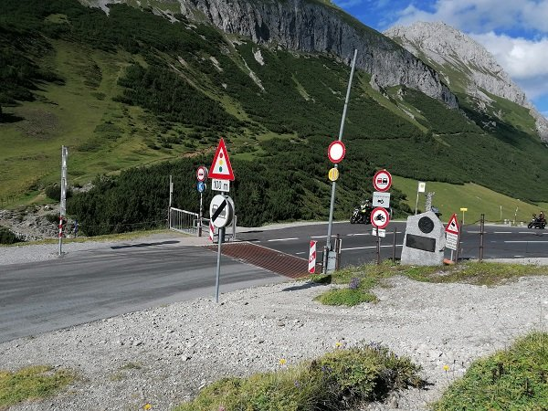 An Austrian intersection with far too many signs, which Caiman is trying to interpret.