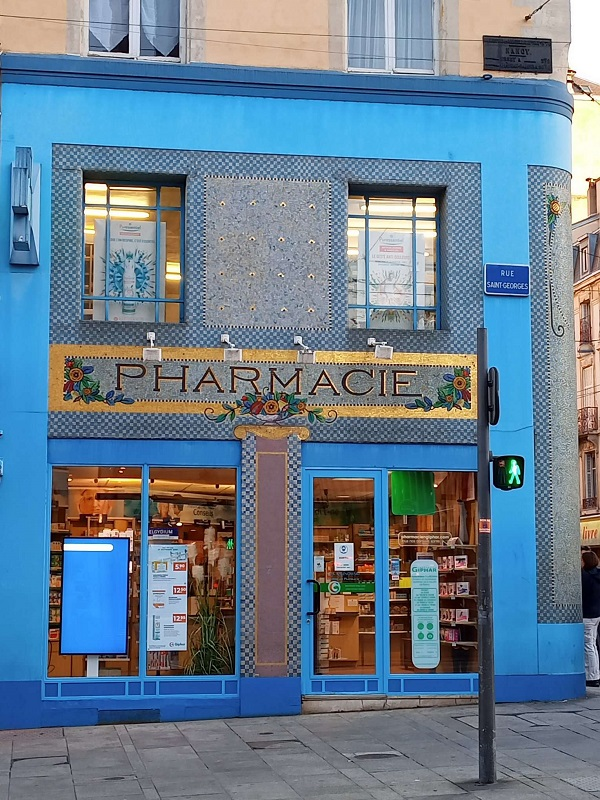 A pharmacy storefront in Nancy, France. Photo by Superfrenchie.