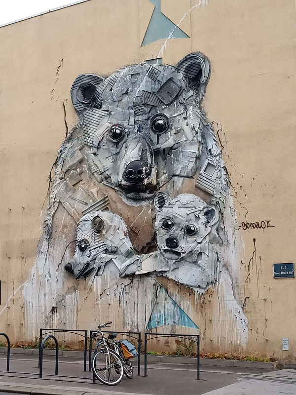 Bears painted on the side of a house in Nancy, France. Photo by Superfrenchie.