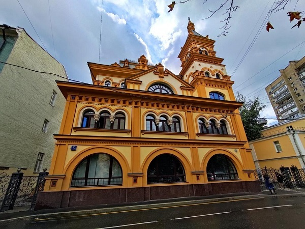 A beautiful yellow building, highly decorated, in Russia.