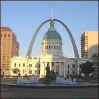 The Old St Louis Courthouse with the Arch in the background and the Keiner Plaza fountain in the foreground.